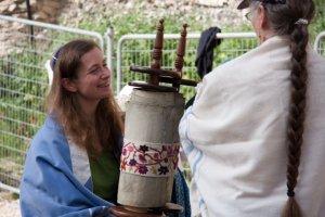 Women_of_the_Wall_Holding_Torah