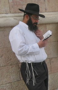 Man_wearing_tallit_katan