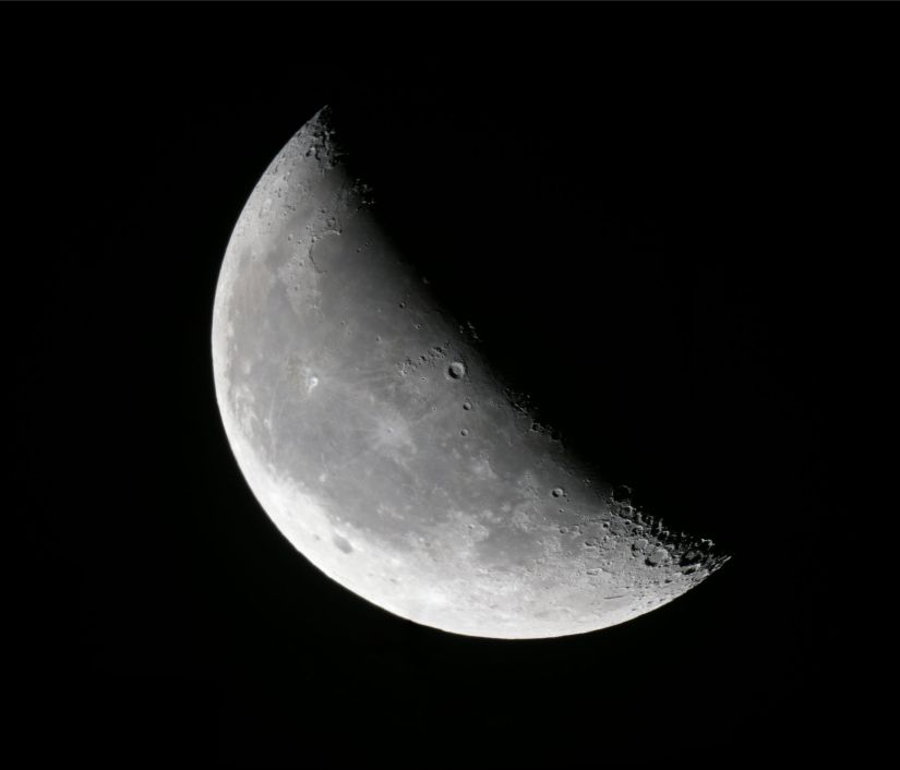 2048px-2011-11-19-waning_crescent_moon